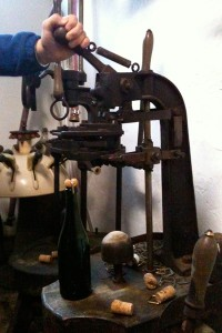 伝統的な打栓機。箍(たが)も取り付けられます